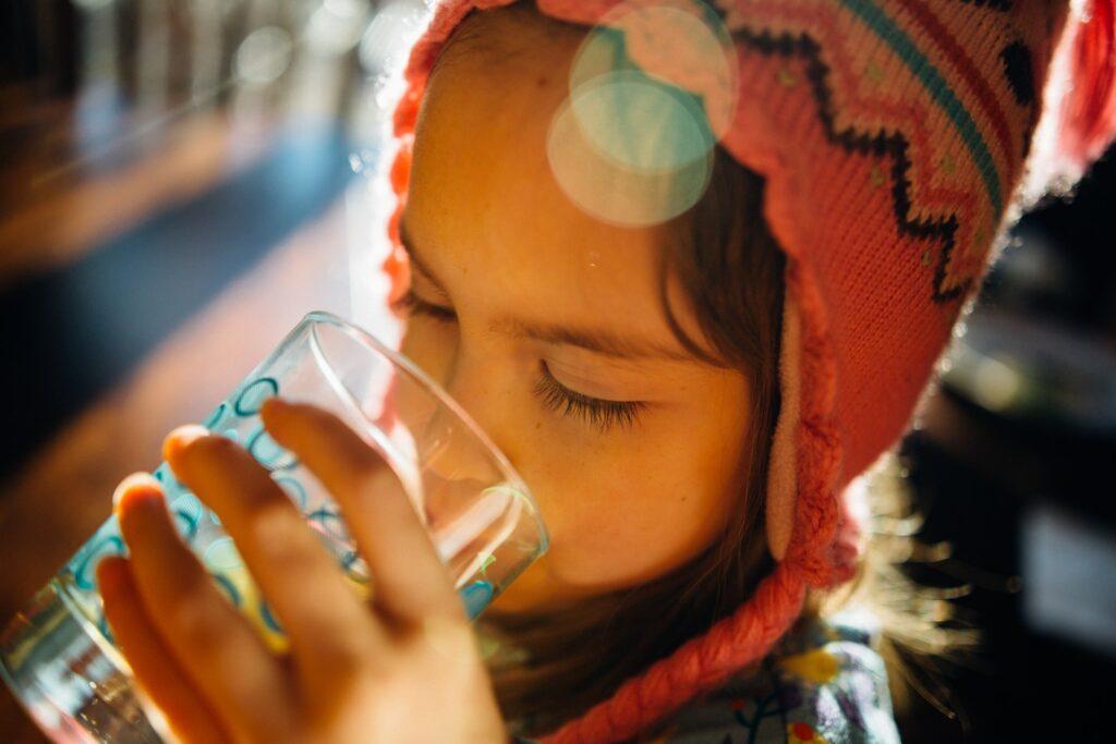 idratazione bere acqua restare idratati controllare il peso diminuire la fame